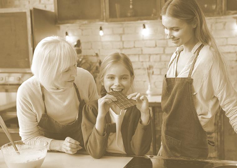 チョコを食べる家族